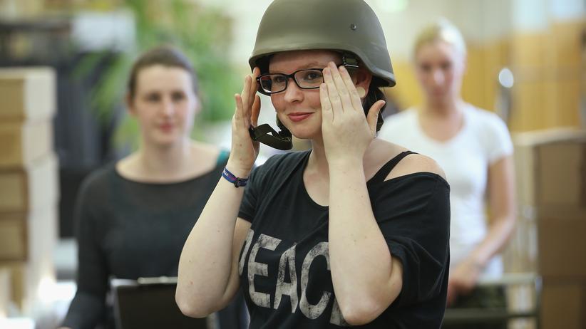 Verteidigungsministerium: Eine Rekrutin der Bundeswehr erhält ihre Kleidung.