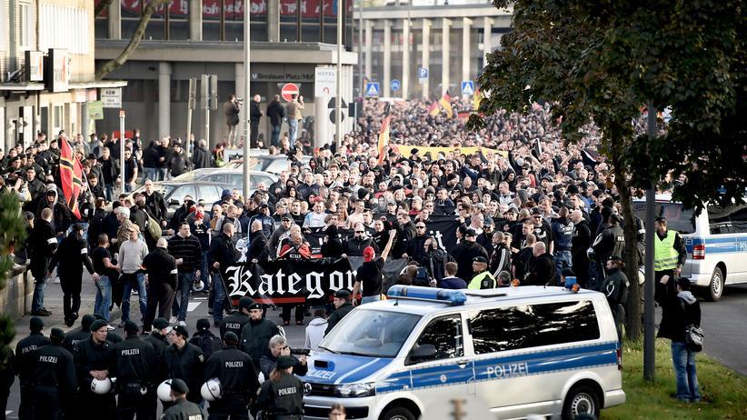 Proteste gegen Salafisten: Protestierende Hooligans am vergangenen Wochenende in Köln