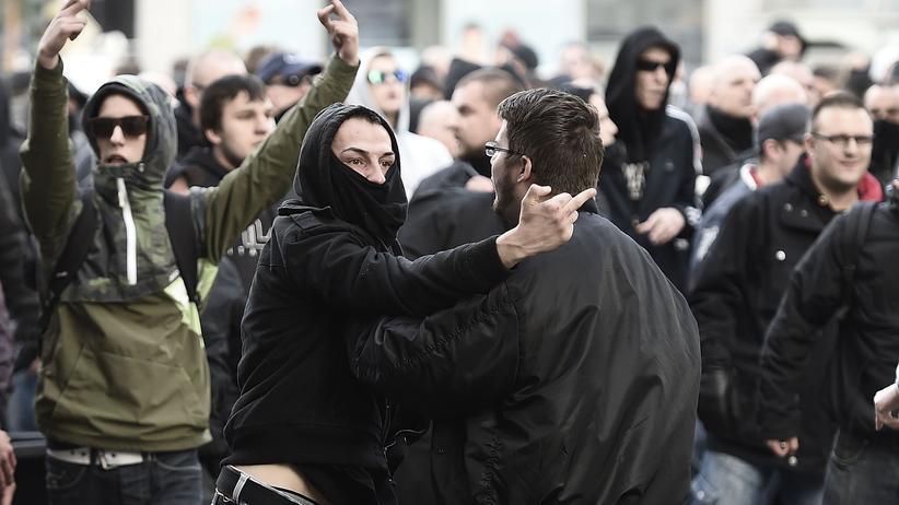 Hooligan-Demonstration : Gewaltbereite Hooligans und Rechtsradikale bei der Demonstration in Köln