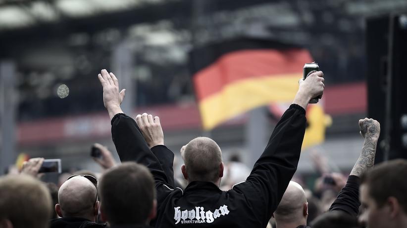 Demonstration gegen Salafisten: In Köln demonstrierten gestern mehr als 4.000 Hooligans und Neonazis gegen den Salafismus. Es kam zu Ausschreitungen mit der Polizei.