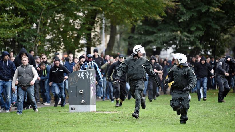 Hooligans auf der gewalttätigen Demonstration in Köln.
