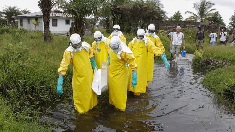 Ebola: In Liberia wird ein Ebola-Opfer zu Grabe getragen.
