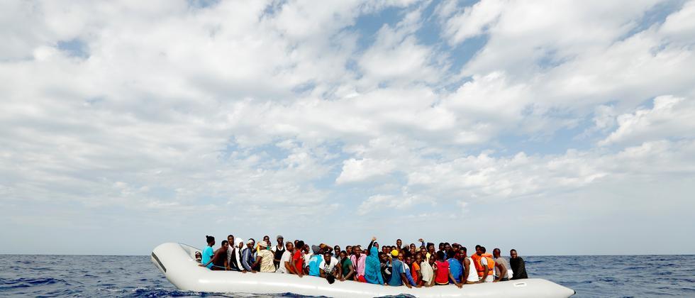 Ein Flüchtlingsboot mit mehr als 100 Afrikanern vor der libyschen Küste