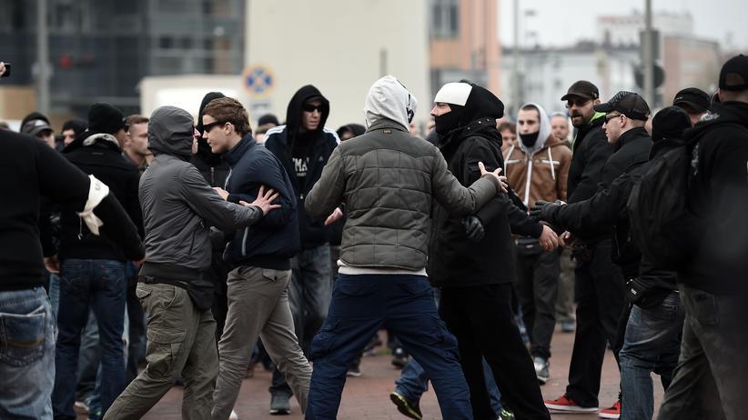 Teilnehmer der Hooligan-Demonstration in Hannover