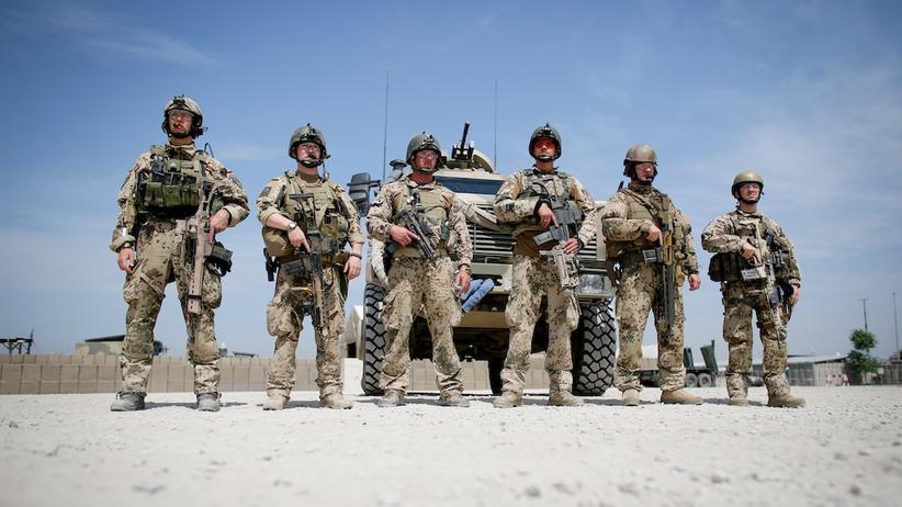 Bundeswehr: Bundeswehr-Soldaten im afghanischen Kundus hören einer Rede von Bundeskanzlerin Angela Merkel zu, die am 10. Mai 2013 in der Basis zu Besuch ist.