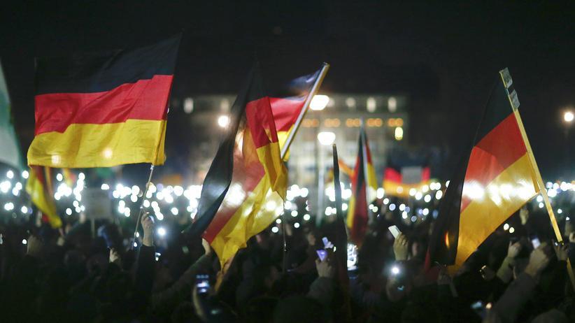 Pegida: 8. Dezember 2014: Pegida-Anhänger demonstrieren in Dresden.