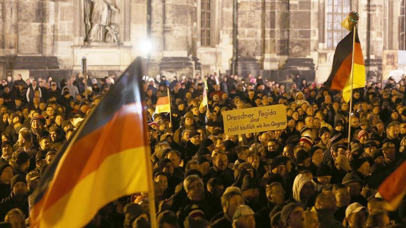Pegida: Anhänger der Pegida-Bewegung demonstrieren in Dresden. Die Sachsen-CDU will ihnen jetzt mit schärferer Asylpolitik entgegenkommen.