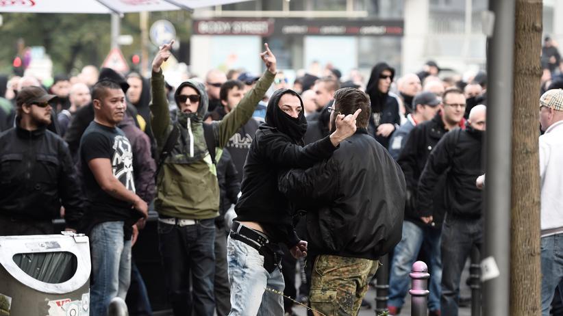 Hans-Georg Maaßen: Hooligans in Köln während einer Demo gegen Salafisten