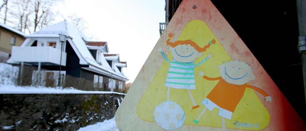 Ein Schild mit spielenden Kindern vor der Odenwaldschule (Archivbild)