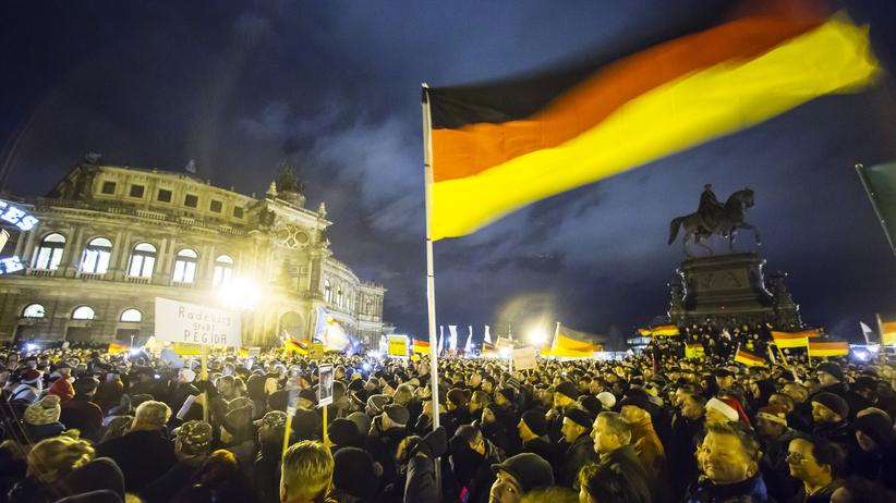 Demonstrationsverbot : Pegida-Anhänger bei einer Demonstration vor der Semperoper in Dresden (Archiv)