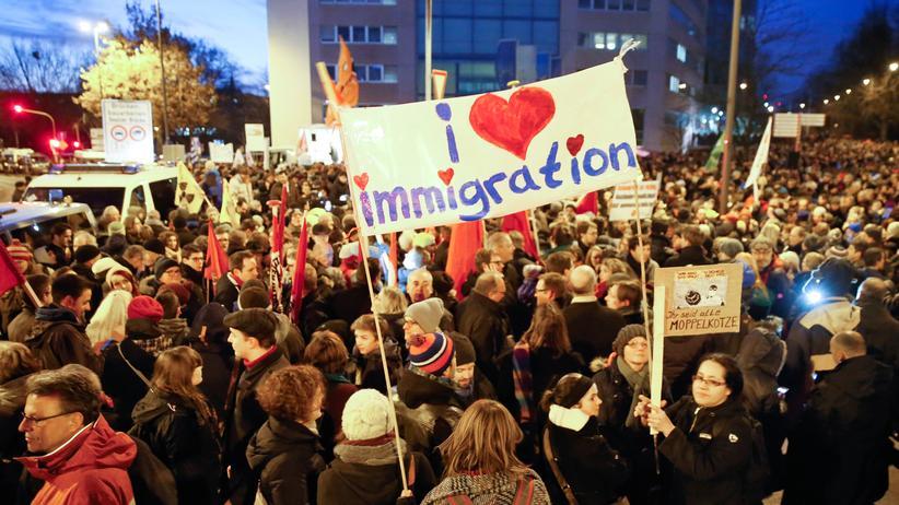 Pegida: In Köln gingen erheblich mehr Menschen gegen Pegida auf die Straße als dafür.