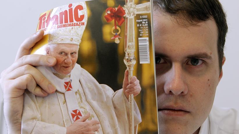 """""""Charlie Hebdo"""": Die Satirezeitschrift """"Titanic"""" mit dem Papst als Titelthema (2012)"""