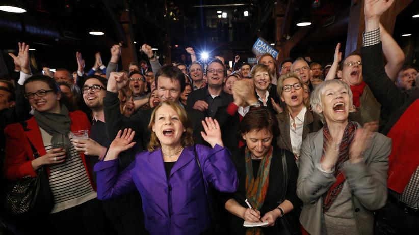 Anhänger der SPD freuen sich während der Wahlparty in Hamburg nach der ersten Prognose.