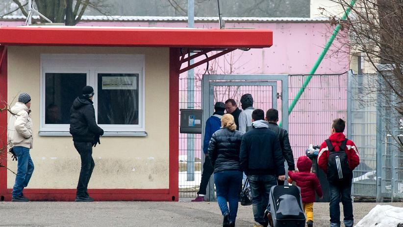 Eine Familie vor dem Asylbewerberheim in München