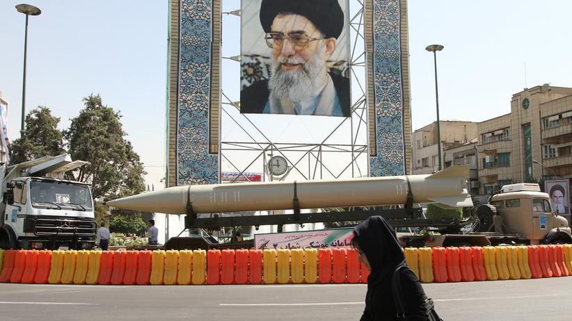 """Zwei Frauen auf einem Markt im Iran: Gegen """"unislamische Taten"""" hilft ..."""