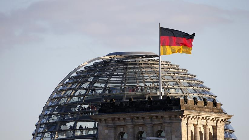 Hausausweise: A German flag flutters next to the dome of the Reichstag building, seat of the German lower house of parliament Bundestag, in Berlin, October 2, 2013. German Chancellor Angela Merkel led her conservatives to their best result in over two decades in a German election on September 22 but must still find a coalition partner to secure a third term. She is due to hold preliminary talks with the Social Democrats (SPD) on Friday and the Greens late next week to assess whether there is enough common ground to enter formal coalition negotiations with either party. REUTERS/Fabrizio Bensch (GERMANY - Tags: CITYSCAPE POLITICS)