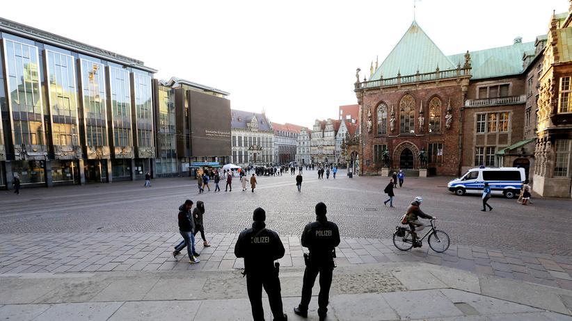Terrorabwehr: Der Bremer Marktplatz, bewacht von Polizisten