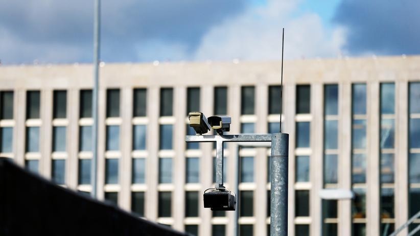 Bundeskanzleramt: Überwachungskameras vor dem Sitz des Bundesnachrichtendienstes (BND) in Berlin