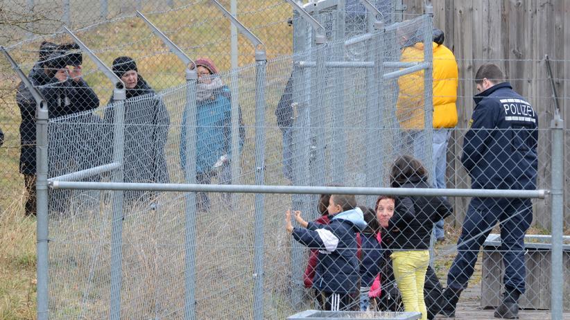 Asylrecht: Abgelehnte Asylbewerber warten am Baden-Airport in Rheinmünster (Baden-Württemberg) im Rahmen einer landesweiten Sammelabschiebung auf ihren Abflug.