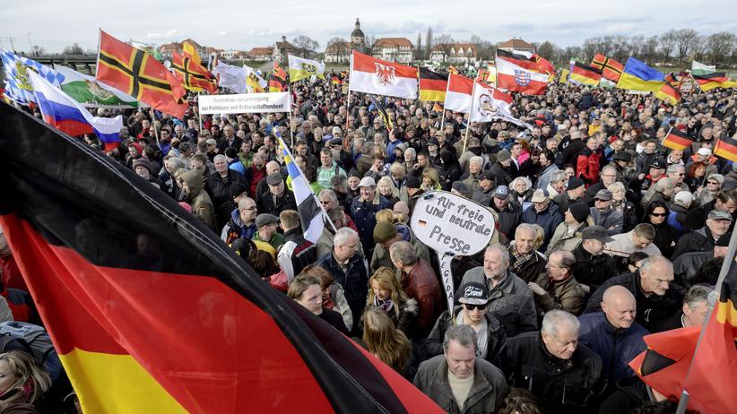 Pegida: Pegida-Anhänger beim Auftritt von Geert Wilders in Dresden