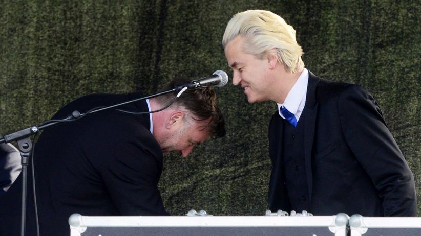Pegida Dresden: Der niederländische Rechtspopulist Geert Wilders schüttelt Lutz Bachmann, Mitbegründer von Pegida, die Hand.