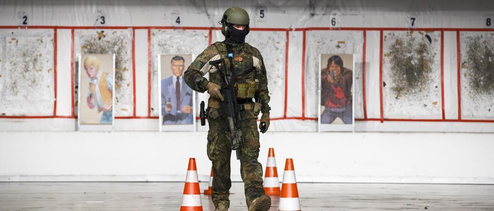 Ein deutscher Soldat mit dem Sturmgewehr G36