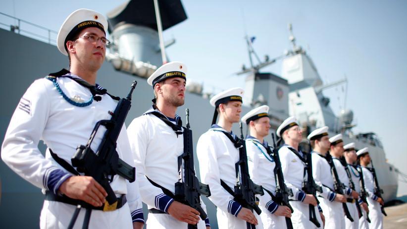 """Rüstung: Marinesoldaten vor er Fregatte """"Hamburg"""". Das künftige Kampfschiff MKS 180 sieht wechselnde Besatzungen für eine intensivere Nutzung vor."""