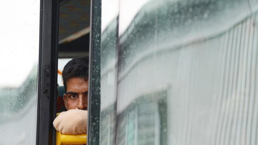 Ein Flüchtling in einem Bus vor der Erstregistrierung in Passau