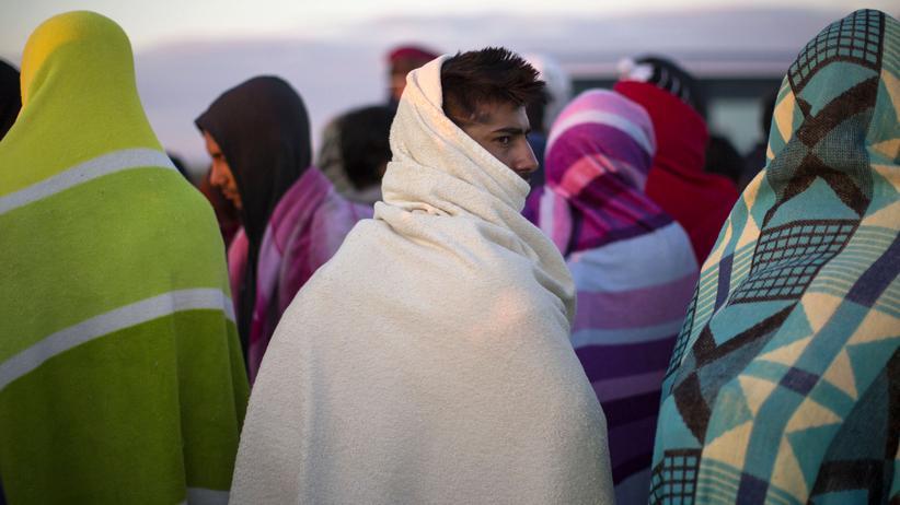 Flüchtlinge: Flüchtlinge wärmen sich mit Decken an der serbischen Grenze zu Ungarn.