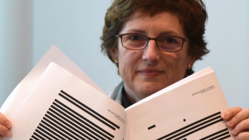 Britta Haßelmann von den Grünen hält geschwärzte Teile der Verfassungsklage in die Kamera.