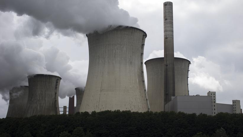 Allensbach-Umfrage: Cooling towers emit vapor at Neurath power plant, operated by RWE AG, in Grevenbroich, Germany, on Monday 7, Sept. 2015. German utilities including RWE, unions and the states, successfully fended off a plan by Chancellor Angela Merkel's government this summer to fast-track lignite power plant closures to help Germany meet its climate goals.