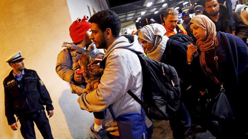 Flüchtlinge: Flüchtlinge kommen in der Erstaufnahmestelle in Hanau an.