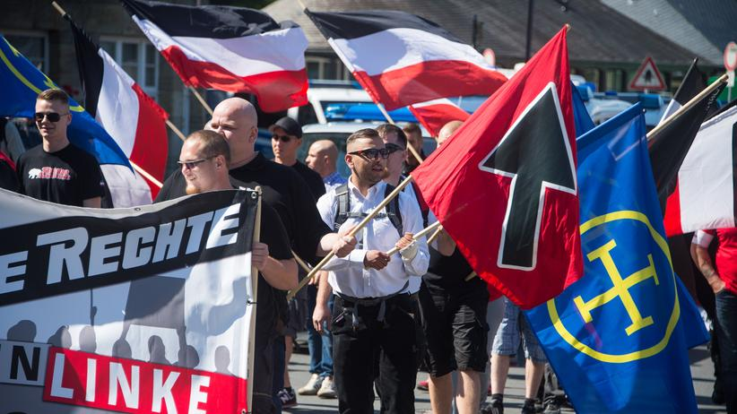 Rechte Gewalt im Osten: GOSLAR, GERMANY - AUGUST 29: Supporters of the far-right 'Die Rechte' political party gather to protest against the welcome policy towards foreign migrants of Goslar town Mayor Oliver Junk on August 29, 2015 in Goslar, Germany. Junk has been outspoken in seeing foreign migrants and refugees seeking asylum and a better future for themselves in Germany as an opportunity for Goslar, which is otherwise losing an average of 2,000 residents a year due to demographics and Germany's low birth rate. So far 200 migrants now live in Goslar as well as another 1,000 in nearby communities. Germany is expecting to absorb a record number of 800,000 asylum-seekers this year and the country is struggling to cope with the daily influx.