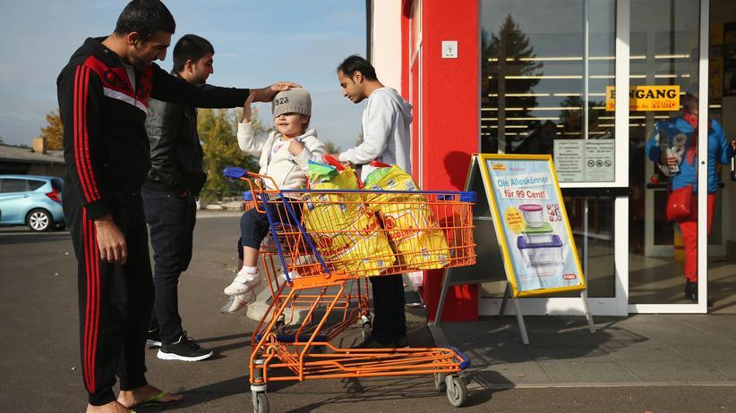 Der syrische Asylbewerber Mohamed Zayat und seine Tochter Ranim vor einem Supermarkt in Letschin (Brandenburg)