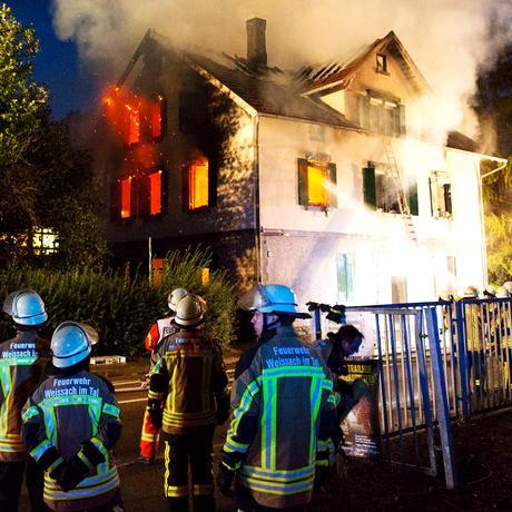 Am 24. August 2015 brennt im baden-württembergischen Weissach ein leerstehendes Gebäude ab. Es sollte als Unterkunft dienen. Jetzt ist es unbewohnbar.