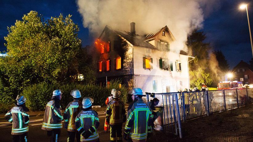 Brandanschläge auf Flüchtlingsheime: Am 24. August 2015 brennt im baden-württembergischen Weissach ein leerstehendes Gebäude ab. Es sollte als Unterkunft dienen. Jetzt ist es unbewohnbar.