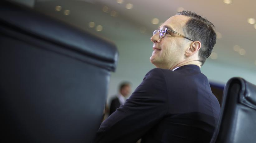 Koalitionsgipfel zu Flüchtlingen: BERLIN, GERMANY - MAY 27: German Justice Minister Heiko Maas arrives for the weekly cabinet meeting at the chancellery (Bundeskanzleramt) on May 27, 2015 in Berlin, Germany. (Photo by Thomas Trutschel/Photothek via Getty Images) ***Local Caption*** Heiko Maas