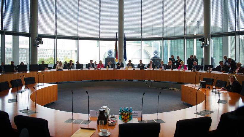 NSA-Skandal: Berlin, Teilnehmer des NSA-Untersuchungsausschusses am Donnerstag (25.09.2014) vor der oeffentlichen Sitzung. Foto: Steffi Loos/CommonLens