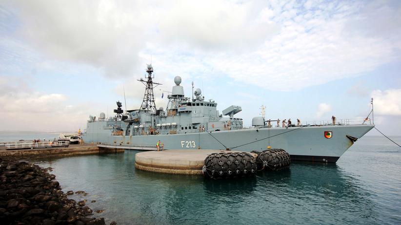 """Die deutsche Fregatte """"Augsburg"""" im Hafen von Djibouti 2013"""