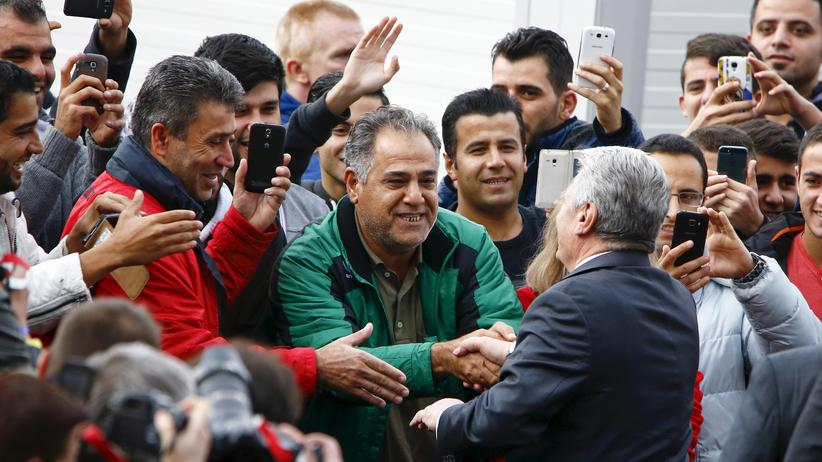 Refugees: Welcome by the head of State: German president Joachim Gauck meets refugees at a camp in Bergisch-Gladbach neer Cologne