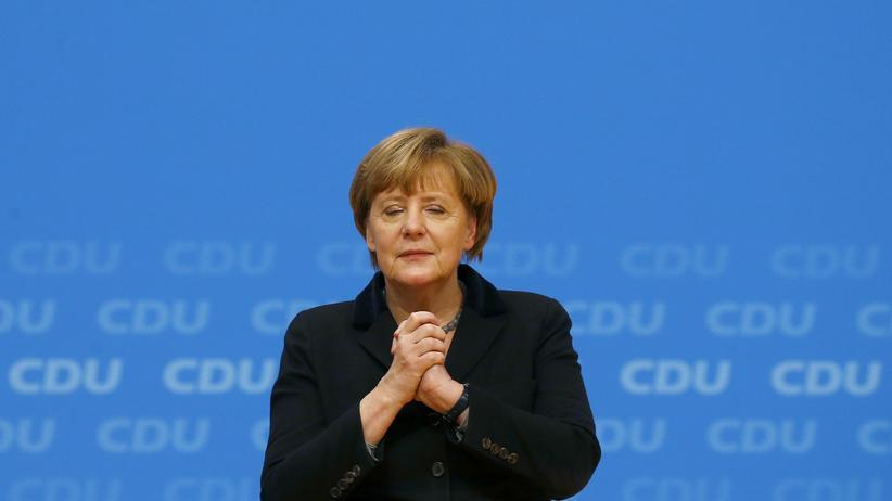 Parteitag: Ergriffen: Angela Merkel nimmt auf dem Parteitag den minutenlangen Applaus nach ihrer Rede entgegen.