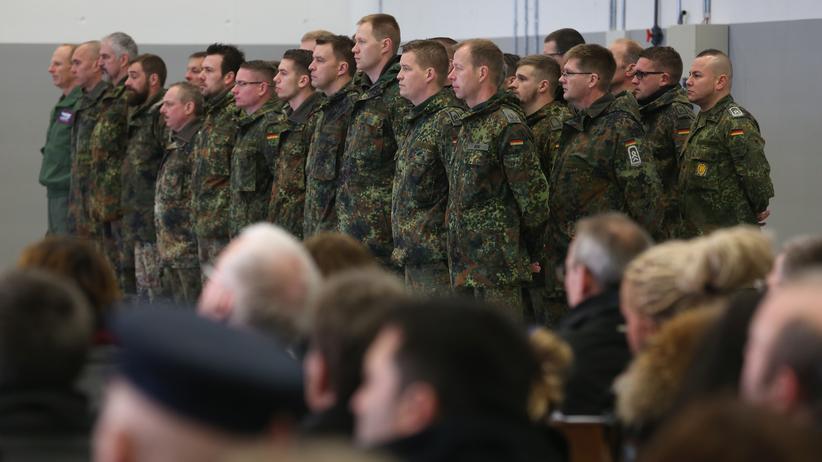 """Bundeswehr: Mitglieder der Bundeswehr bei einer Zeremonie vor dem Einsatz im türkischen Incirlik gegen den """"Islamischen Staat"""" (Bild vom 10. Dezember 2015)"""