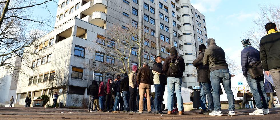 Flüchtlinge warten vor dem Landesamt für Gesundheit und Soziales in Berlin.