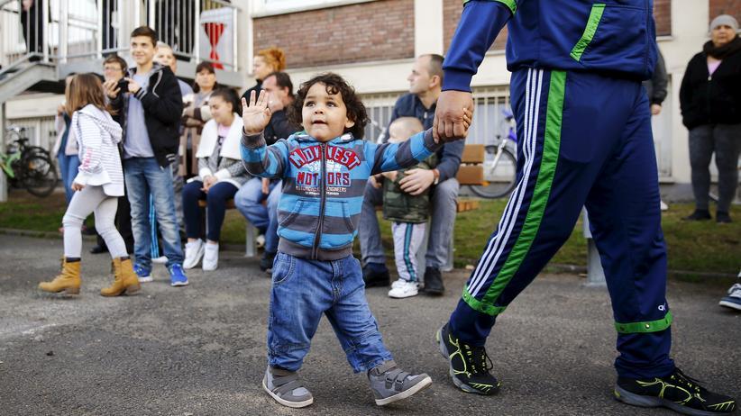Wohnungsbau: Flüchtlinge vor einer Unterkunft in Bergisch Gladbach im vergangenen November