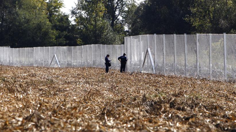 Europa: Abgeschirmt: Ungarischer Zaun an der Grenze zu Kroatien in der Nähe von Zakany
