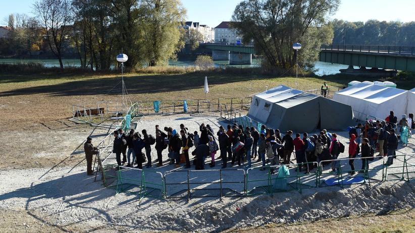 BKA: Flüchtlinge warten an der deutsch-österreichischen Grenze.