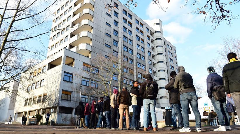 Asylbewerber warten vor dem Berliner Landesamt für Gesundheit und Soziales (Lageso) auf ihre Registrierung.
