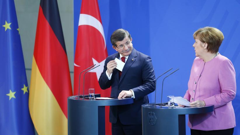 Flüchtlingskrise: Kanzlerin Merkel und ihr türkischer Amtskollege Davutoğlu bei ihrer gemeinsamen Pressekonferenz in Berlin
