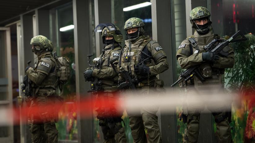 München: Polizisten einer Sondereinheit stehen am 31. Dezember vor dem Münchner Hauptbahnhof.