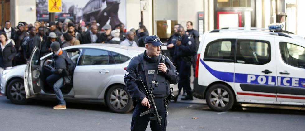 Polizisten in Paris sichern den Tatort nach der Messerattacke eines IS-Sympathisanten.